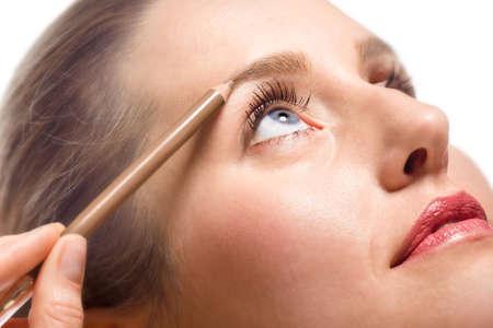 mujer maquillandose: Close-up de mujer aplicar maquillaje usando l�piz de cejas  Foto de archivo