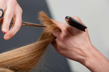 estilista: Corte de pelo de manos de Close-up de peluquer�a  Foto de archivo