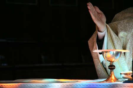 sanctity: Altare cattolico, il calice e la mano del prete