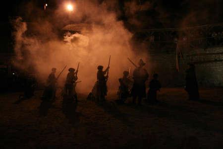 mosquetero: Noche descarga de fusiles, las siluetas de los soldados y oficiales Foto de archivo