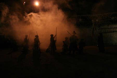 mosquetero: Noche andanada de mosquetes, las siluetas de los soldados y oficiales