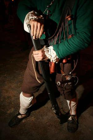 mosquetero: Un guerrero medieval cobra una escopeta Foto de archivo