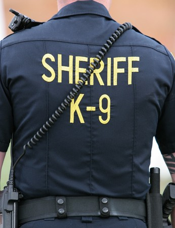 perro policia: Uniforme de la camisa de un oficial de la unidad K-9 del departamento del sheriff de U.S.
