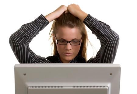 젊은 회사원은 컴퓨터 충돌의 좌절감에 그녀의 머리를 가져옵니다.