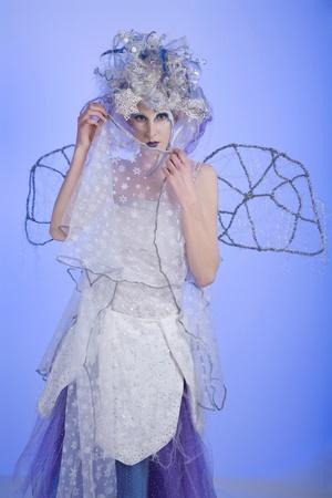 stage makeup: Donna con il trucco pesante fase guardando come una fata di inverno.