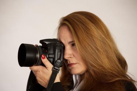 현대 디지털 SLR 카메라와 함께 여성 사진 작가입니다.