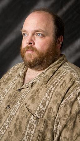 肥満中年の男スタジオ ショットでポーズ