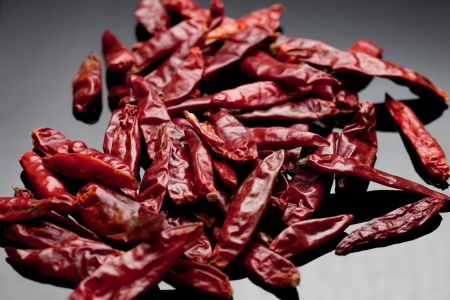 chiles secos: Dried red chili peppers Foto de estudio Caliente y picante Foto de archivo
