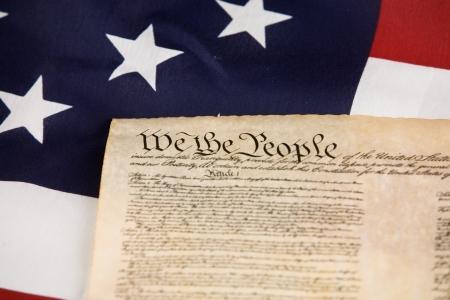 constitucion: Constituci�n de los EE.UU. contra la bandera americana. Foto de archivo