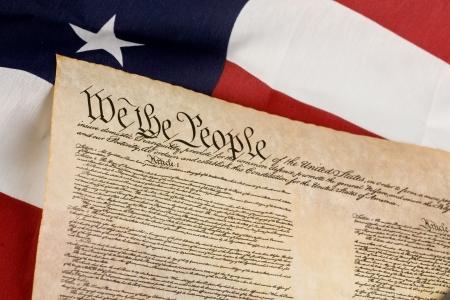 constitucion: Constituci?n de los EE.UU. contra la bandera americana.