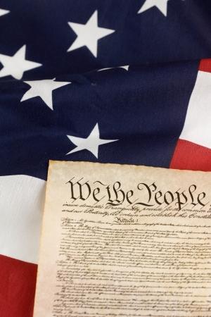 constitucion: Constitución de los EE.UU. contra la bandera americana. Foto de archivo