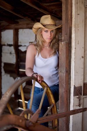 sexy young girls: Молодая симпатичная девушка страны на открытом воздухе на ферме в Колорадо