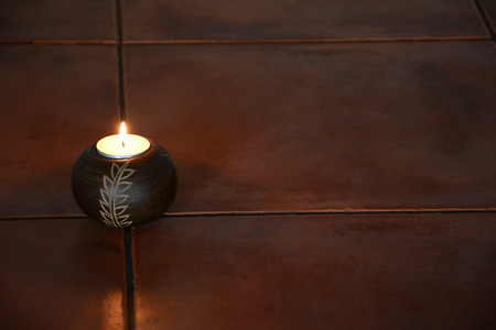 Solo buring candle