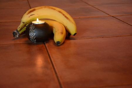 非常に熱い蝋燭はフルーツで抱きしめてください。 写真素材