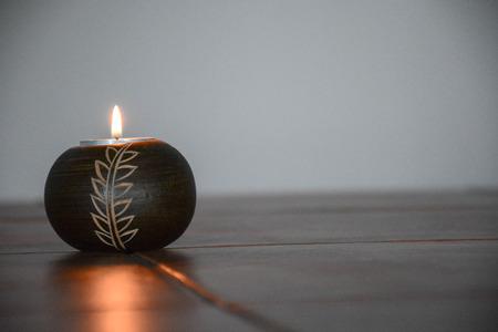 ろうそくを燃やすソロ知識と希望を象徴します。