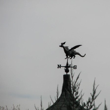 An iron dragon is mounted on a house Reklamní fotografie
