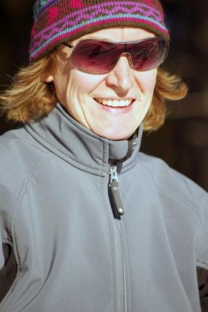 cross country: Retrato de esquiador de pa�s con la reflexi�n de esqu� en vasos de Cruz