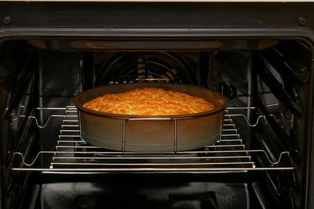 ケーキはオーブンで焼いた
