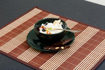 frutas secas: helado con pasas, chocolate y frutos secos en la taza de caf�