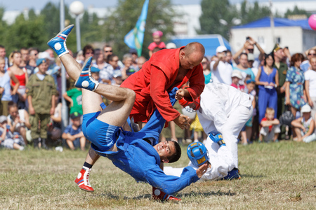 mastery: Ulyanovsk, Russia - July 31, 2016: Airborne soldiers demonstrate mastery of martial arts sambo during the celebration of the Airborne Forces