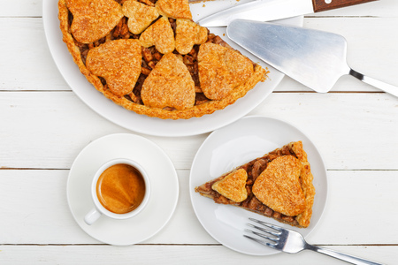 Closeup homemade apple pie with cinnamon and white cup of coffee espresso on white wooden table. Top view. 版權商用圖片 - 118164046