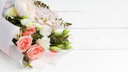 A bouquet of flowers on a white wooden table. Backdrop with copyspace. Imagens