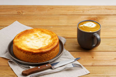 Homemade apple pie and cup of coffee cappuccino on wooden table. 免版税图像