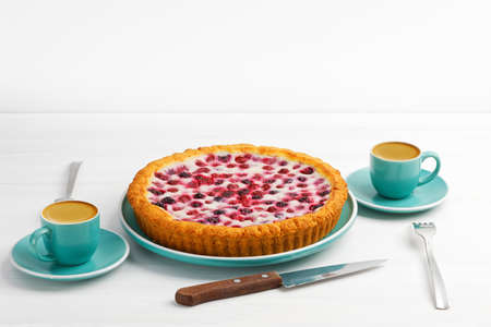 Homemade berry pie and two cups of coffee espresso on white wooden table. Copyspace. 免版税图像