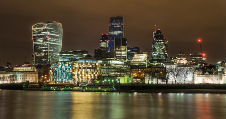 Londres nuit horizon en regardant à travers la Tamise vers la ville.