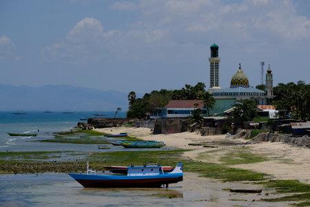 印度尼西亚kupang  - 与渔船和清真寺努尔麦田的城市海岸线