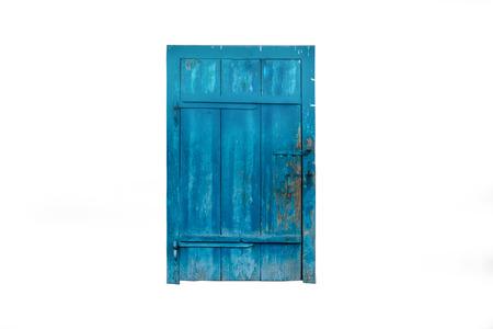 Fermé vieille porte en bois bleu isolé sur fond blanc