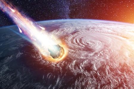 Un cometa, un asteroide, un meteorito brilla, entra en la atmósfera terrestre. Ataque del meteorito. Lluvia de meteoros. Cola de Kameta. Fin del mundo. Foto de archivo