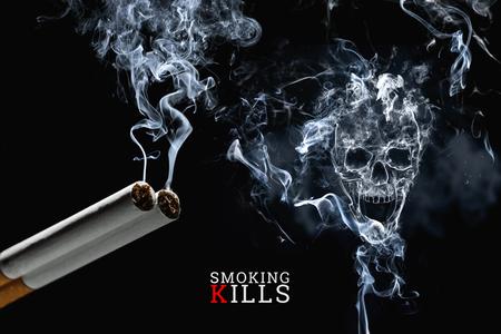 Cráneo de humo de cigarrillo sobre un fondo negro, cigarrillos de cerca. Fondo creativo. El concepto de fumar mata, los venenos de nicatina, el cáncer por fumar, dejar de fumar.