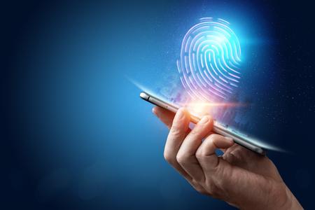 Holograma de huellas dactilares, escaneo de huellas dactilares en un teléfono inteligente, fondo azul, ultravioleta. concepto de huella dactilar, biometría, tecnología de la información y ciberseguridad. Técnica mixta. Foto de archivo