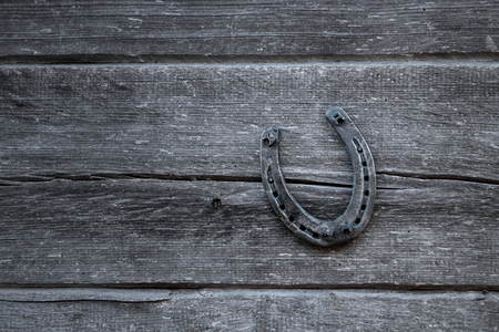 Herradura vieja en una tabla de madera vieja. El concepto de suerte, suerte, suerte. Foto de archivo