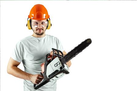 Ein bärtiger Mann in einem Helm mit einer Kettensäge auf weißem Hintergrund. Konzepterstellung, Auftragnehmer, Reparatur, Holzfäller.