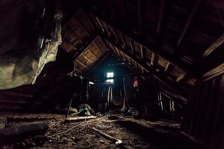 Grenier d'une vieille maison, mysticisme. Arrière-plan créatif, photo en low key, concept fantastique.