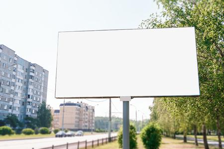 Billboard, billboard, billboard na płótnie, układ na tle miasta. Pojęcie reklamy zewnętrznej, marketingu, sprzedaży. makieta