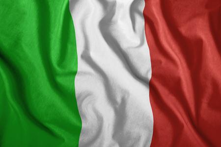 De Italiaanse vlag wappert in de wind. Kleurrijke, nationale vlag van Italië. Patriottisme, een patriottisch symbool. gerimpelde doek