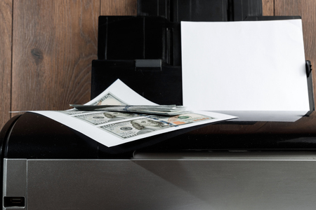 Printer and printed US dollars, counterfeit banknotes, currency counterfeiting. Counterfeiters, printing press, inflation. Imagens