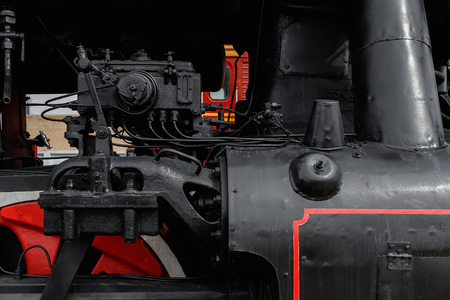 Close-up of wheels on an antique steam train waiting to leave the station Imagens