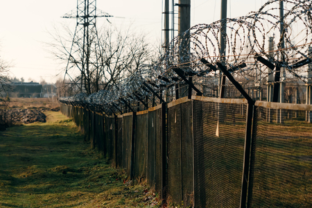 Barbed wire close-up. Conclusion, restriction of freedom. Banque d'images - 122340917