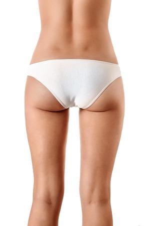 Perfekter weiblicher Körper, Nahaufnahme in weißer Unterwäsche, isoliert auf weißem Hintergrund. Das Konzept der Schönheit, plastische Chirurgie.