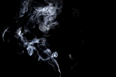 Abstracte, witte rook geïsoleerd op zwarte achtergrond. Isoleren