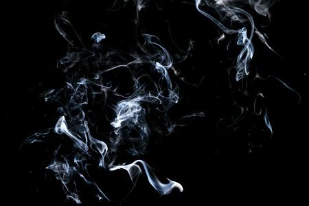 Fumo astratto, bianco isolato su sfondo nero. Isolato Archivio Fotografico