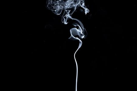 Abstrakter, weißer Rauch auf schwarzem Hintergrund isoliert. Isolieren