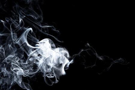 Résumé, fumée blanche isolée sur fond noir. Isoler
