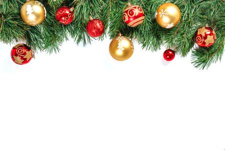 Weihnachtsrahmen - Baumzweige mit den goldenen und roten Kugeln lokalisiert auf weißem Hintergrund. Isolieren. Standard-Bild
