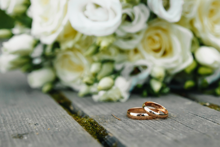 Wedding rings with bridal bouquet lying on the morning of the bride. 写真素材 - 122768716