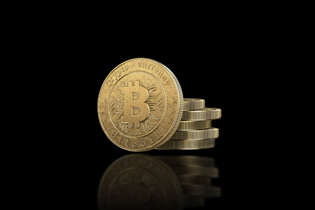 Gold coin Bitcoin on a black background. The concept of crypto currency. Blockchain technology. Imagens - 122720601